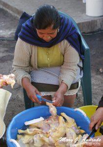 Cortando las presas de pollo.