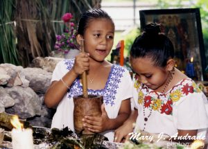 Dos niñas preparan chocolate